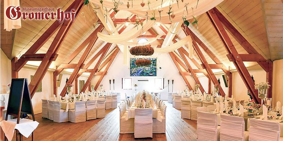 Festlich dekorierter Raum im Museumsgasthaus Gromerhof in Illerbeuren