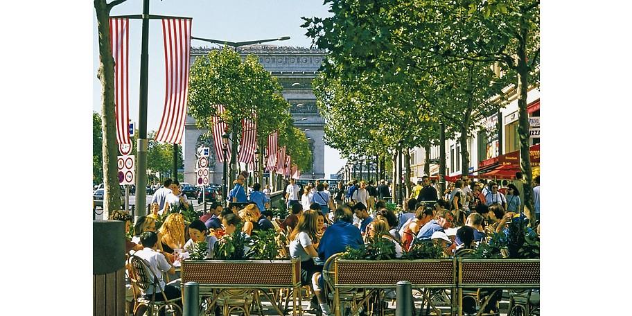 Genießen Sie das Flair der französischen Metropole. Paris lebt in den Straßencafes und Gassen