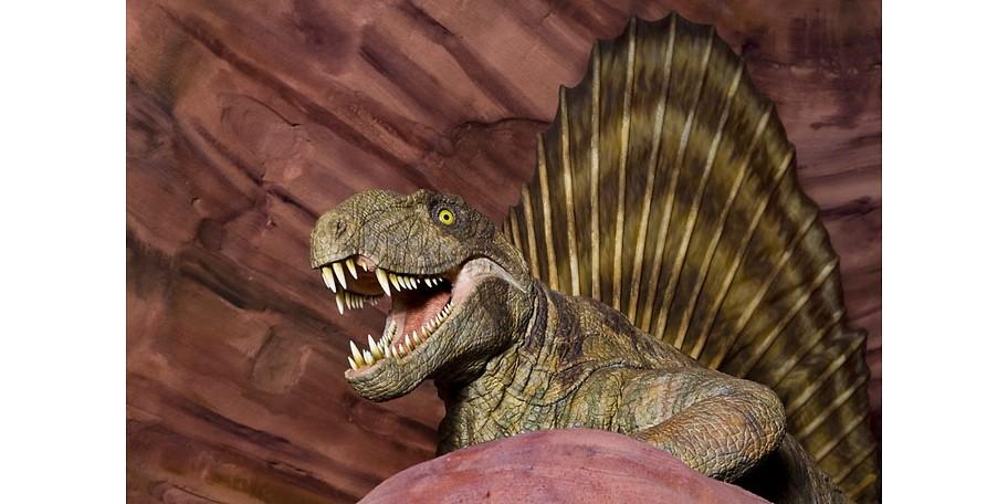 Ein Dinosaurier im Praehistorium zeigt Zähne