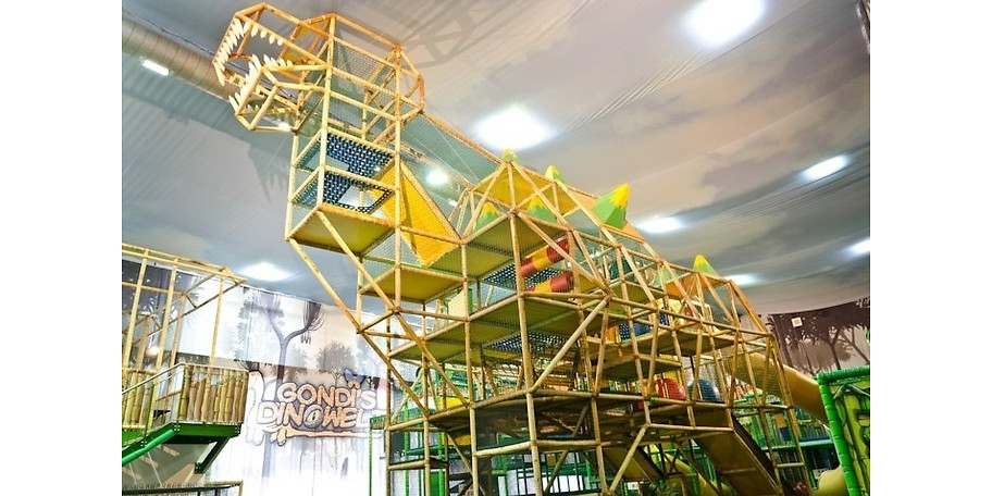 Kletterspaß im 8m hohen Holzdinosaurier