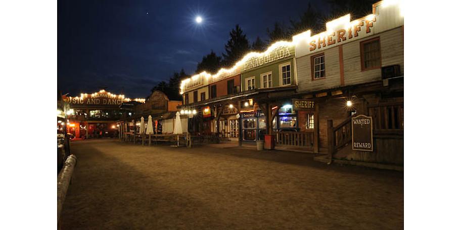 Die Westernstadt bei Nacht