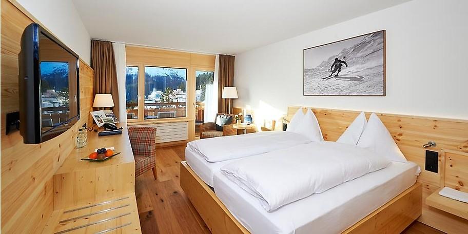 Im Waldhotel National Arosa warten moderne Zimmer vor traumhafter Winterlandschaft