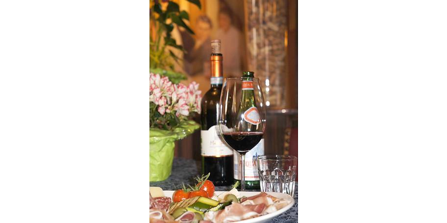 Gönnen Sie sich eine gute Flasche Wein im Eiscafe & Pizzeria Rothenburg