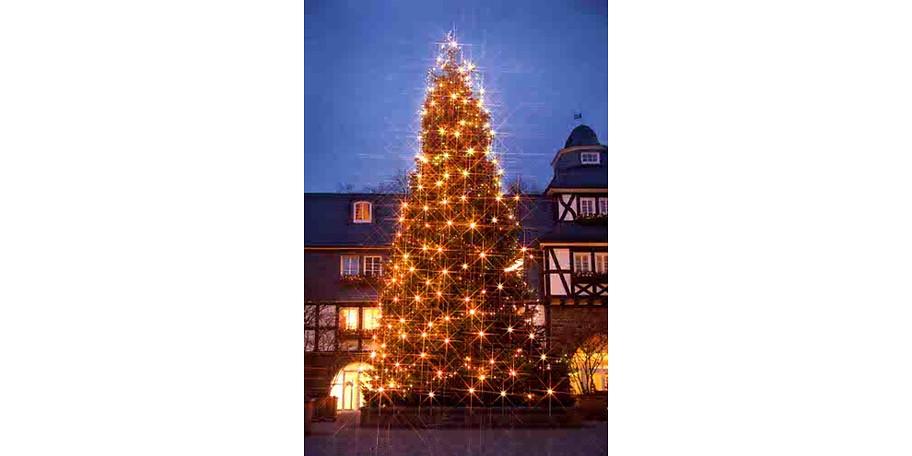 Der Weihnachtsbaum im Innenhof ist zur kalten Jahreszeit ein besonderes Highlight