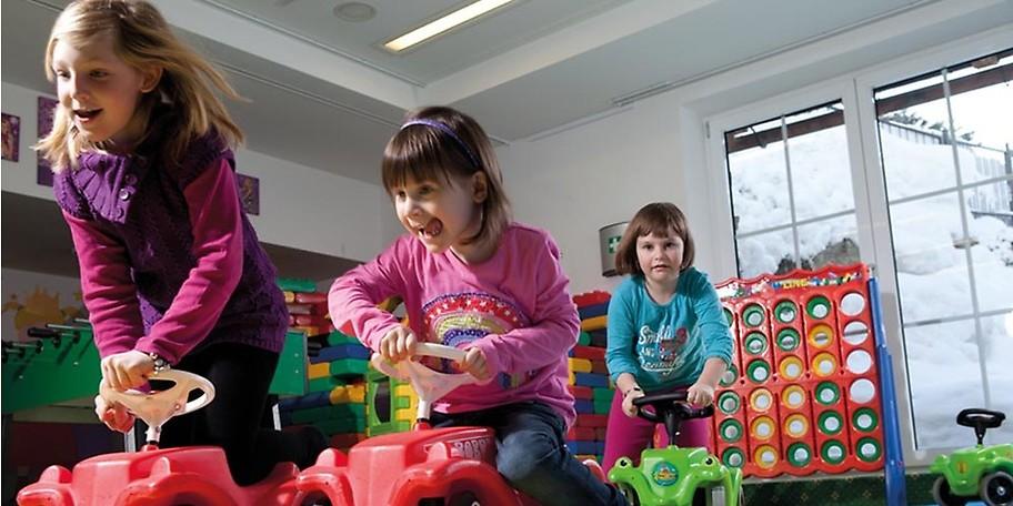 In Kesselinos Kinderwelt kümmern sich die Kinderbetreuerinnen liebevoll 70 Std pro Woche um Kinder ab 3 Jahren und 40 Std. um Kinder von 1-3 Jahren