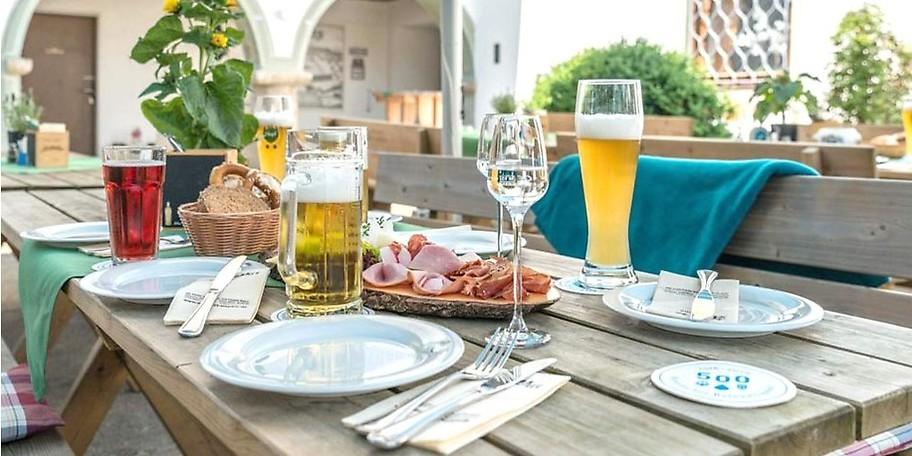 Der lauschige Biergarten lockt die Gäste ins Freie