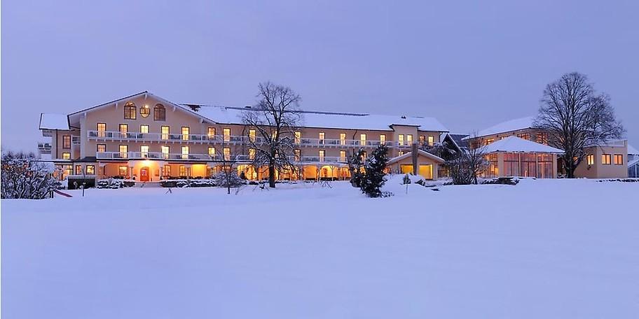 Winterurlauber genießen beim Schneeschuh- und Winterwandern die Ursprünglichkeit der Gegend rund um das GUT EDERMANN