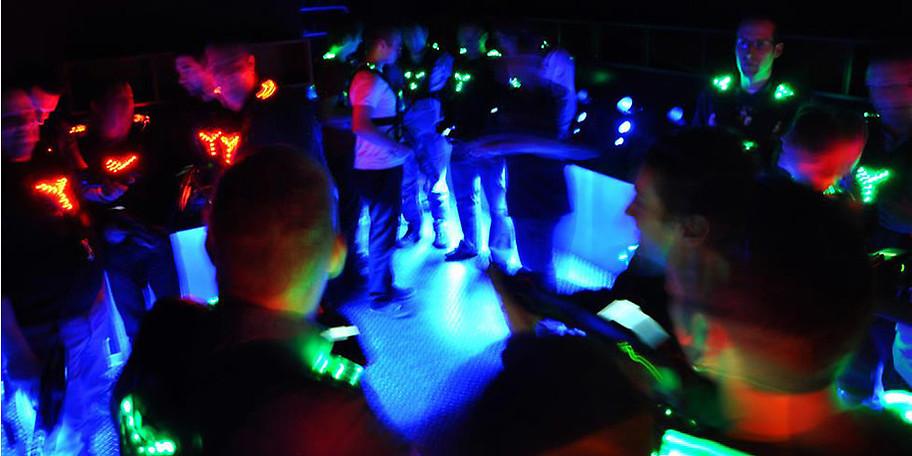 Lasertag spielt sich im dunklen Space-Labyrinth ab