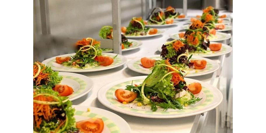 Frische Salate im Bambusgarten