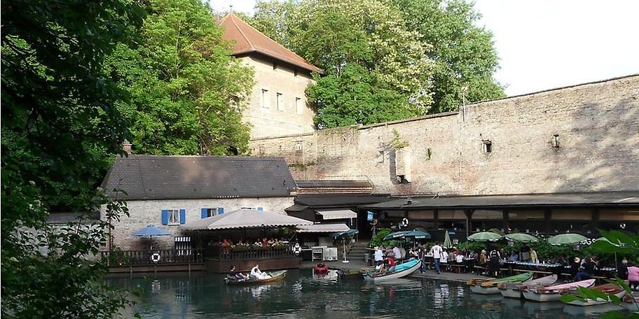 Die Boote baumeln ruhig im Wasser