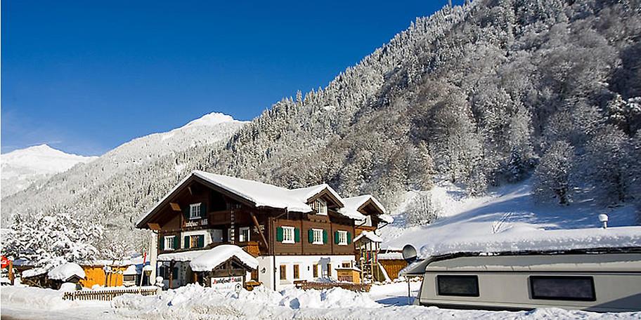 Zauberhaft ragt das Gasthaus Muntafuner Stöbli ins Winterpanorama