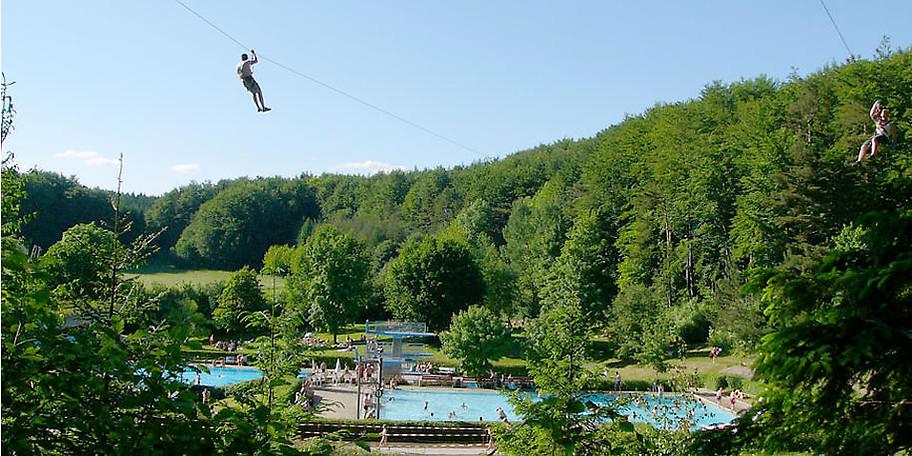 Die Seilbahn über das Freibad bringt Adrenalin pur