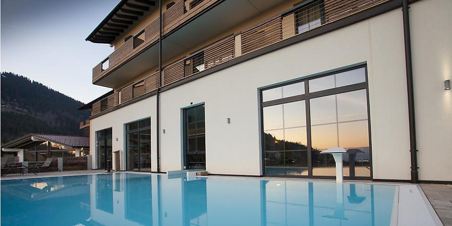 Genießen Sie das Alpin Spa mit Saunaland, Fitness-Studio, Wellnessbereich, Indoor- und Outdoor Pool und vielem mehr