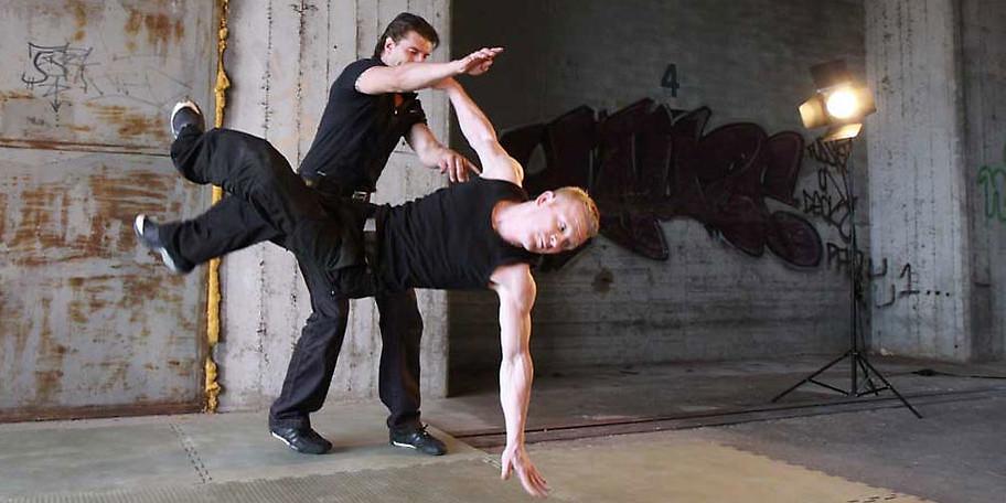 Das Street Fighting System (SFS) wurde entwickelt, um jedem Menschen eine realistische Chance der Selbstverteidigung zu bieten