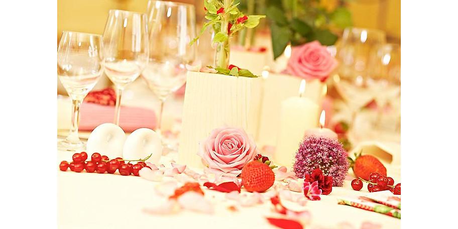 Romantische Tischdekoration im Gastraum
