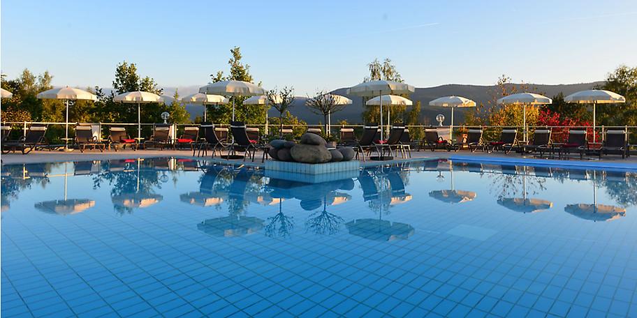 Ein großer Pool lädt zum Entspannen ein