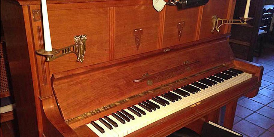 Gelegentlich sitzt der Herr des Hauses am Klavier