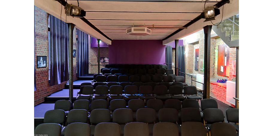 Das gemütliche Kammerspieltheater mit 99 Plätzen befindet sich auf dem Gelände der ehemaligen Hagener Textilfabrik Elbers