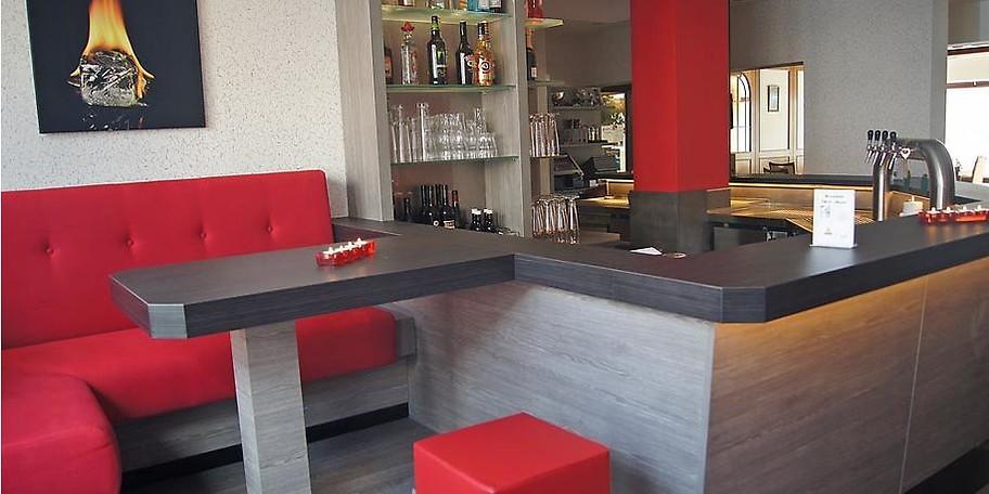 Kühle Drinks an der Theke der BrennBar, Bielefeld