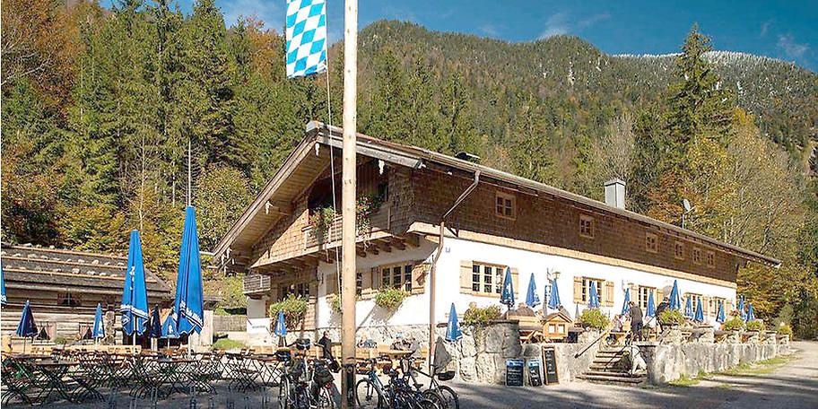 Idyllische Terrasse des Gasthofs Schwaigeralm