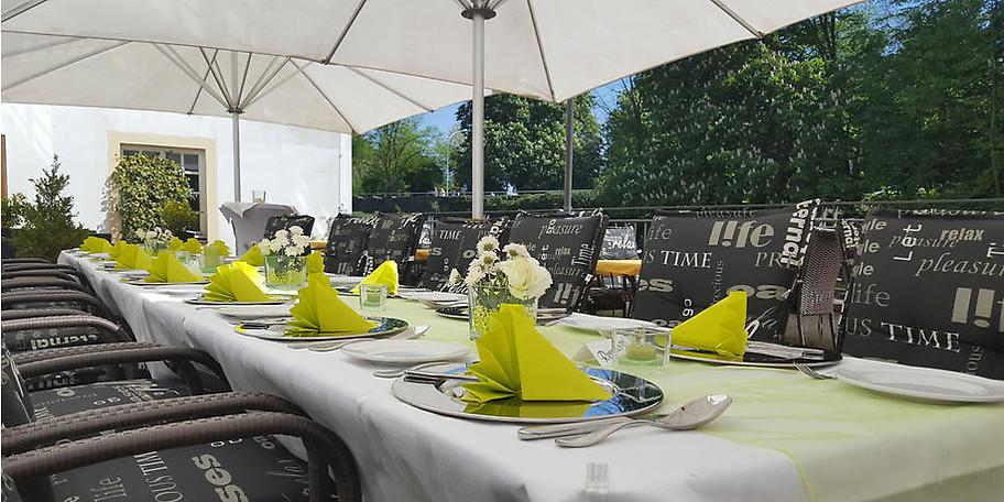 Genießen Sie entspannte Sommertage auf der Seeterrasse des Schloss Borbeck in Essen