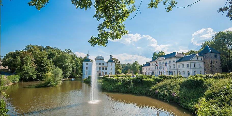 Inmitten einer großzügigen Parkanlage und umgeben von Wasser liegt Schloss Borbeck