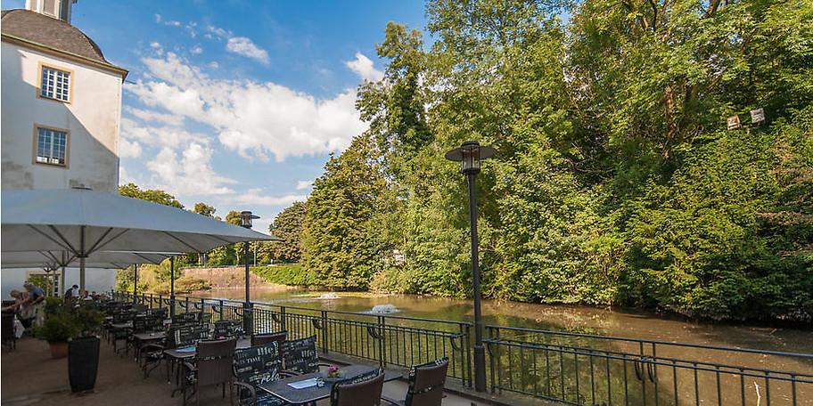 Nehmen Sie Platz auf der wunderschönen Seeterrasse am Schloss Borbeck